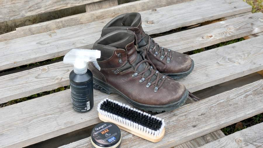 Shoe care kit: You need a soft brush, waterproofing spray and shoe wax for leather